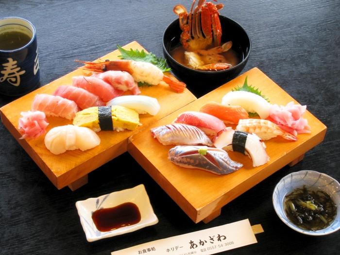 にぎり寿司体験15貫コース。寿司10貫とカニ味噌汁、小鉢が付く