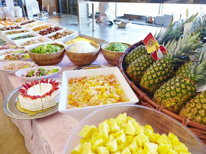 パイナップルなど南国らしいデザートも豊富なレストランバイキング
