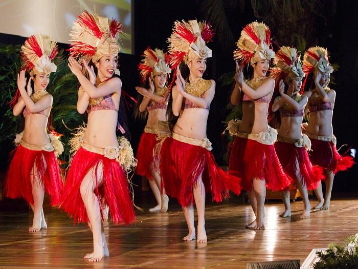 フラやタヒチアンダンスなど、伊豆の踊子ロコガールズが華麗に踊る