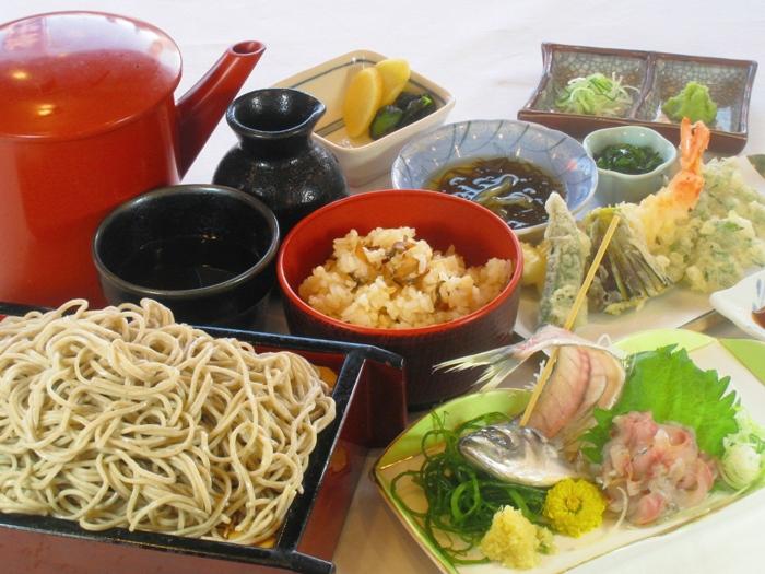 天ぷらや刺身が付く豪華なそば御膳
