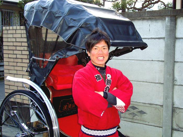 屋根付きの人力車は日差しの強い日や雨の日でも利用できる