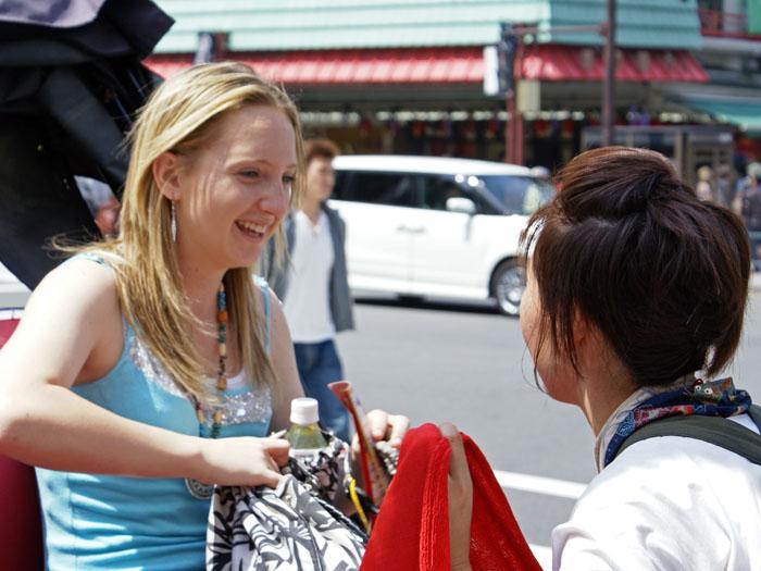 雷門や仲見世など、日本の下町を人力車で巡るツアーは外国人客も人気が高い