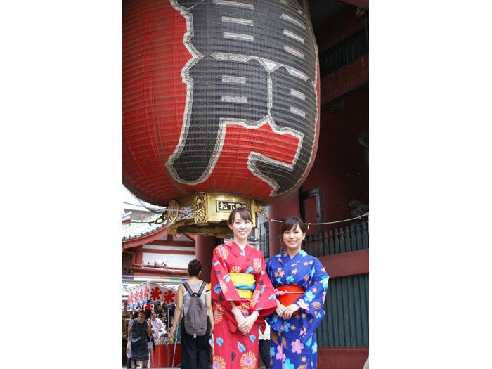 浅草観光のメインスポット・雷門の大きな提灯の前で記念撮影を!