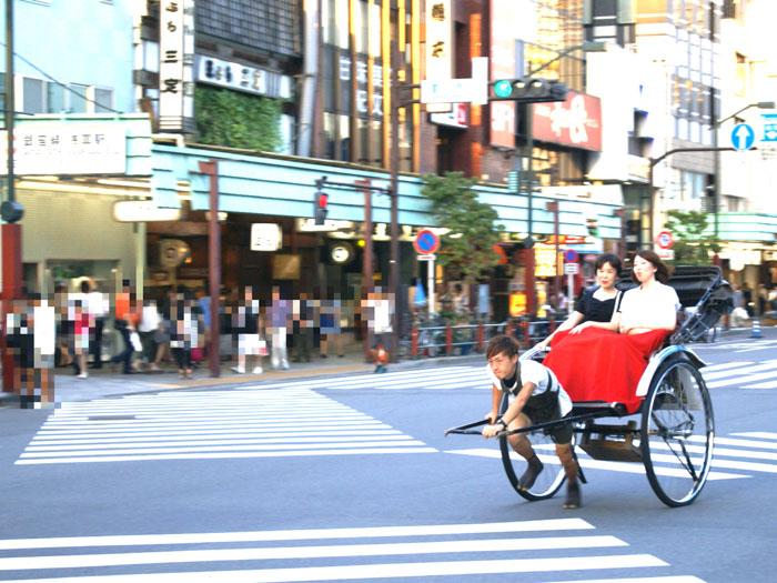 浅草の街を颯爽と走り抜ける人力車。周囲の人たちからの注目も心地いい