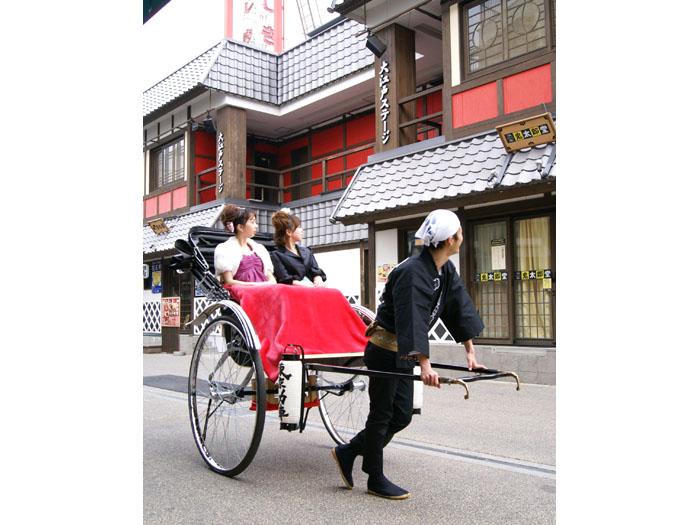 花やしき通りにある忍者ショーが人気の大江戸ステージ前