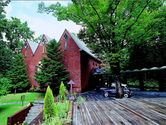 緑に囲まれて建つ「テディベアの家」