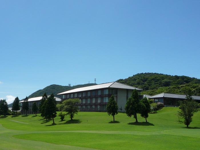 ホテル全景。ゴルフ場に隣接している