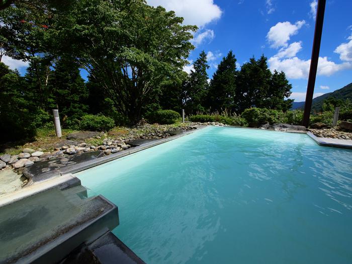 緑に囲まれた開放感抜群の露天風呂でほっとひと息