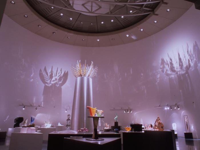 展示作品は柔らかな自然光を浴びて光り輝く