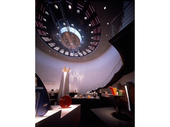 常時約40点の現代ガラス作品が並ぶ