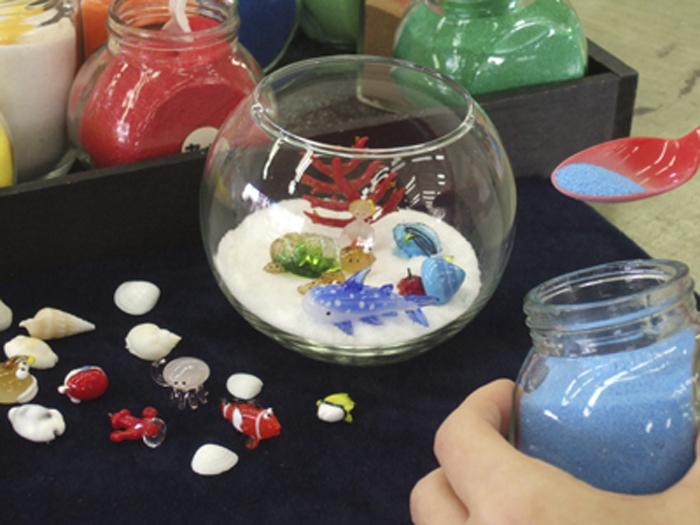 好きなガラス細工を選んでオリジナルのキャンドルを作れる