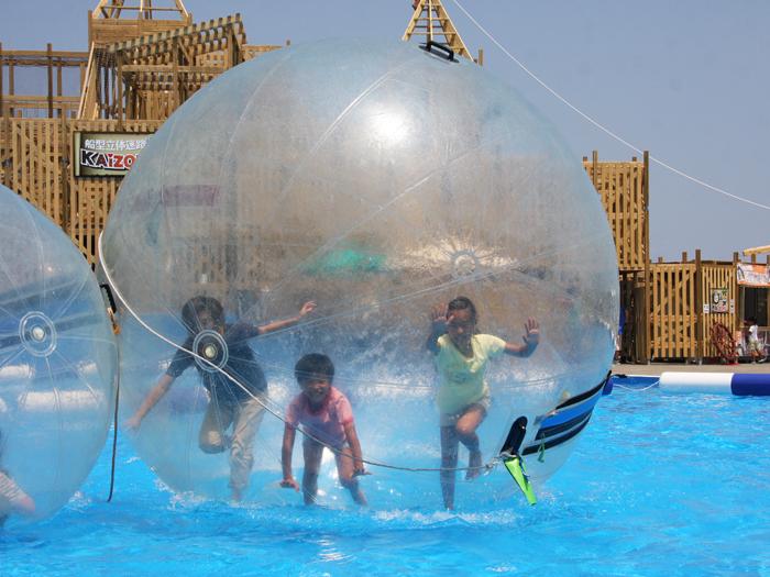 「わんぱく水の広場」のウォーターバルーンで遊ぼう