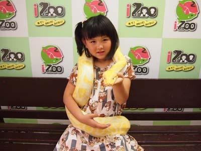 巨大なニシキヘビとの記念撮影にどきどき☆