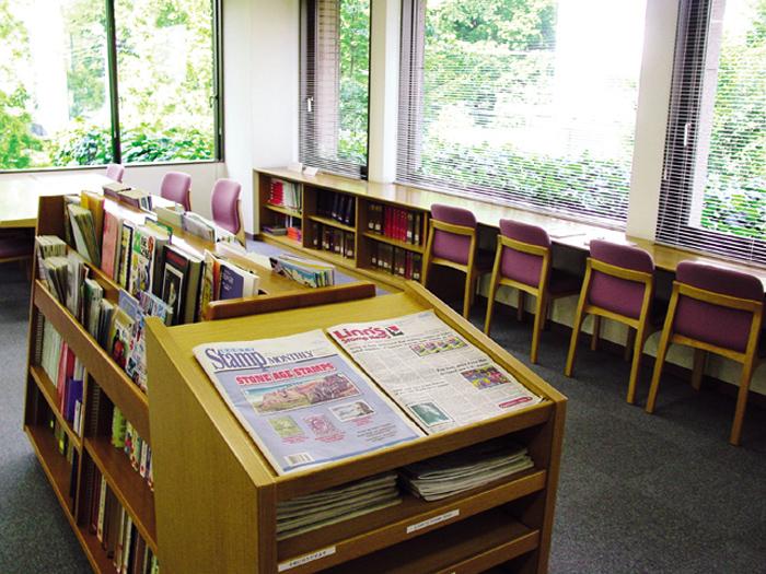 郵趣関連書籍約1万冊を所蔵する専門図書館が2階にある