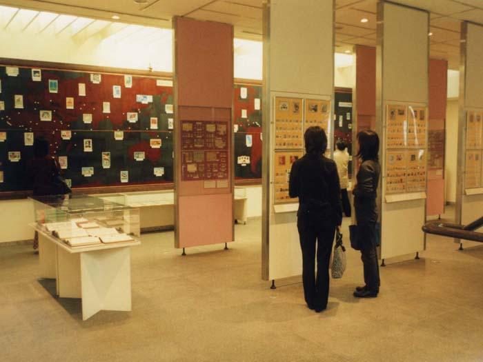 博物館が所蔵する日本及び外国切手約35万種からテーマに応じた郵便切手を展示する
