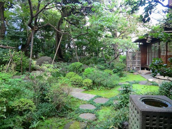 鉦鼓堂から見る庭