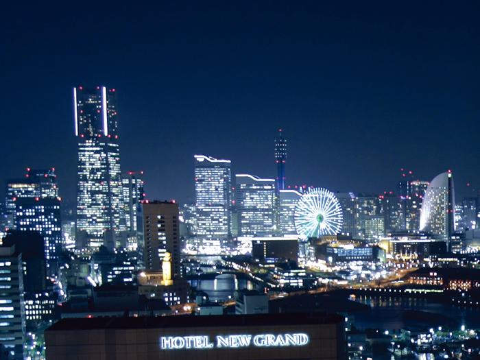 夜は美しい横浜の夜景を望む