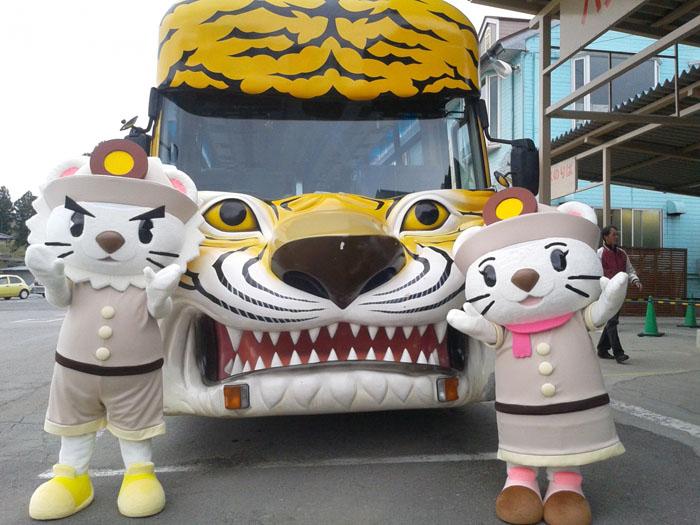ライオンバスに乗って動物を見よう