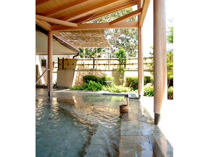 硫酸塩泉が満ちる露天風呂