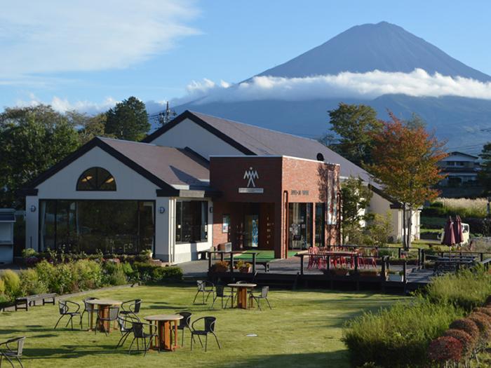 富士山の麓、河口湖畔南岸にある