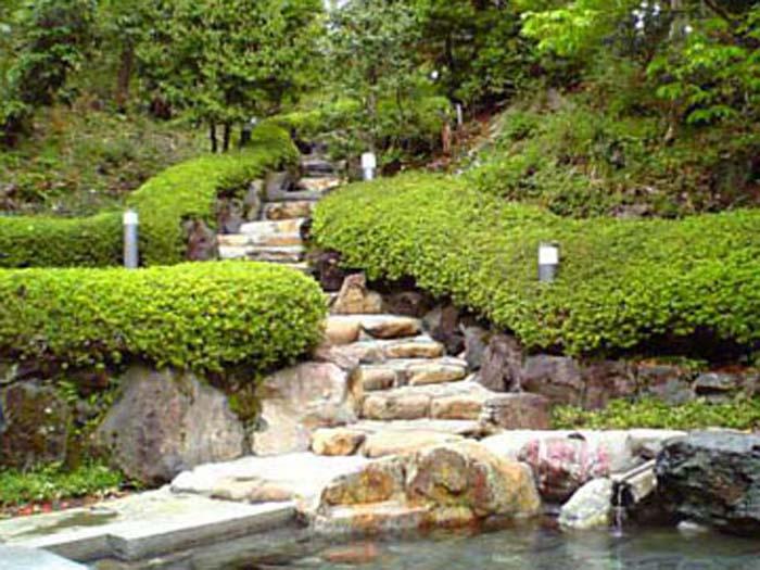 天然岩石を使った野天風呂