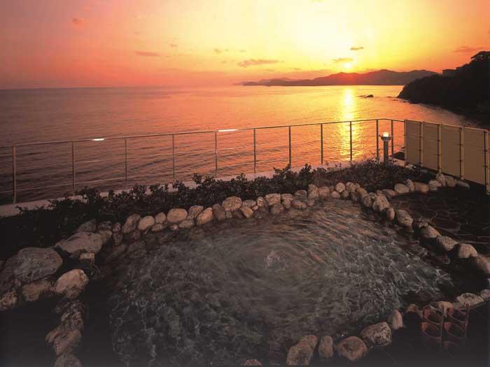 太平洋に沈む夕陽を望む露天風呂