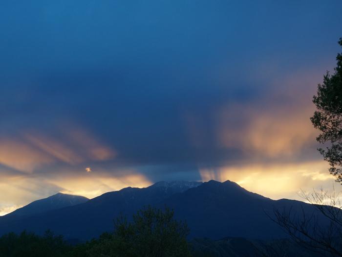 宿から日光連山に沈む夕日を望む
