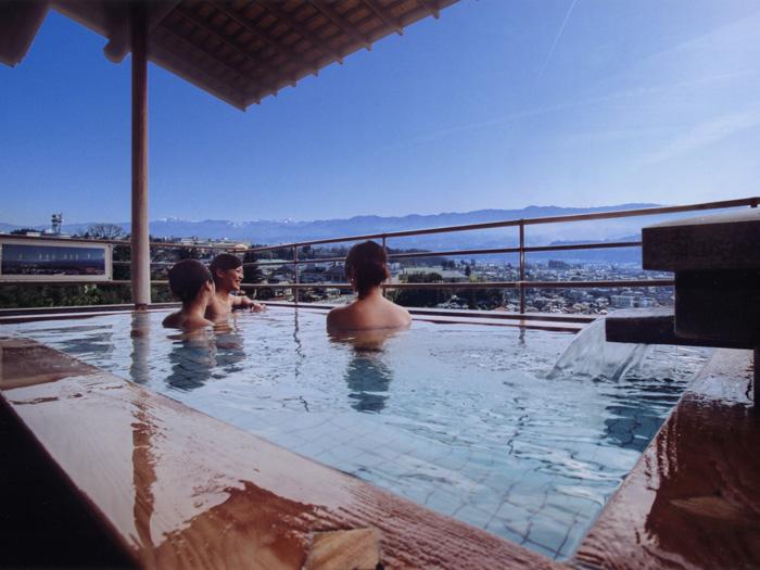 180度の眺望を楽しめる露天風呂