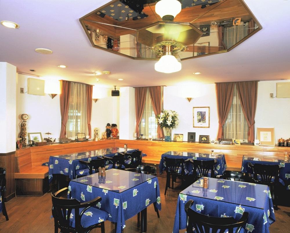 広々としたレストランでは自慢の料理を味わえる