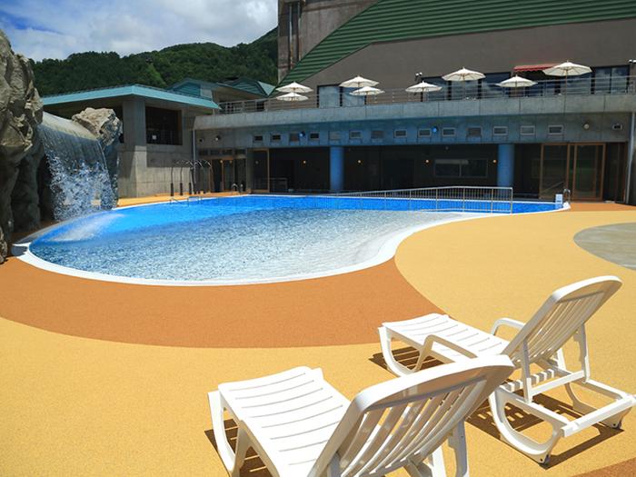 夏季限定営業の屋外プール