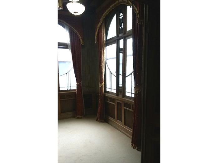 窓の細工が美しい応接間
