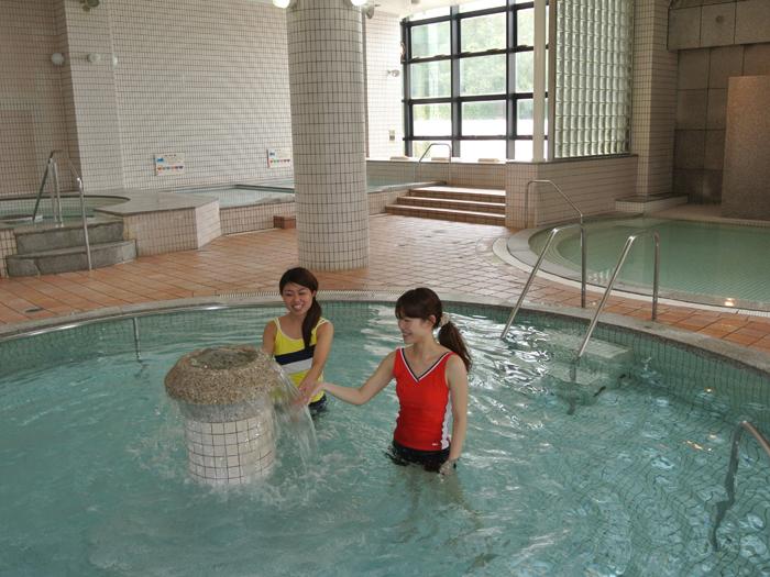 温水中で運動して背こり&腰痛予防