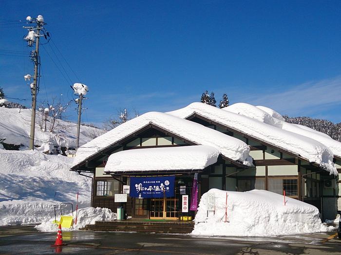 雪景色にたたずむ建物