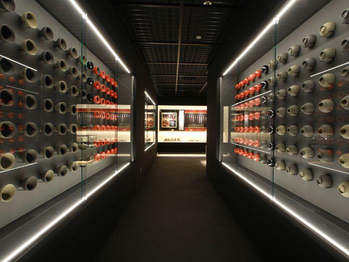 輪島塗がずらりと並ぶ資料展示室
