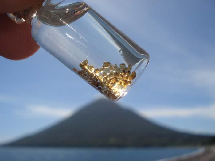 川尻海岸で採れる宝石「オリビン」