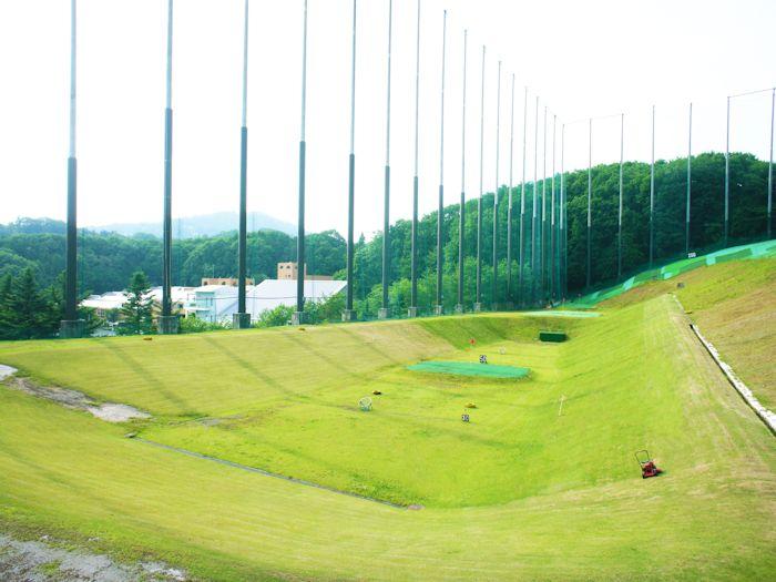 広々としたゴルフの練習場