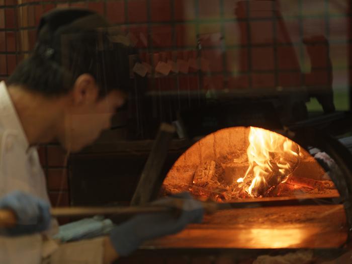 イタリア直輸入の窯で焼くピザ