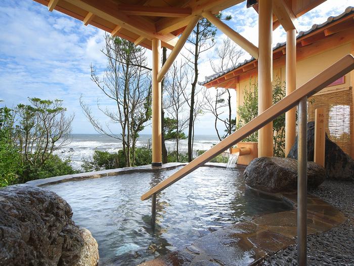 海と緑に囲まれ眺望抜群の露天風呂