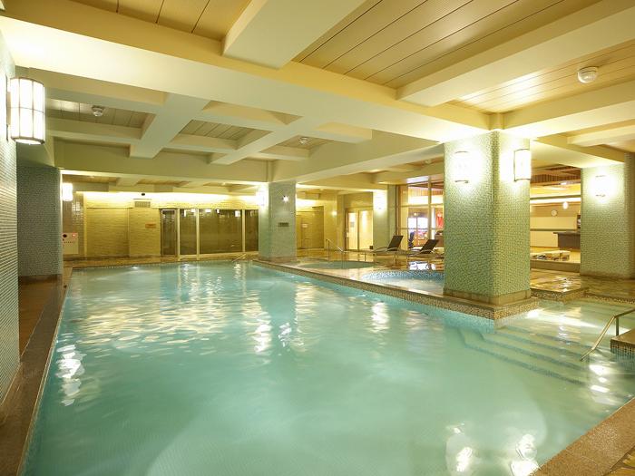 屋内の温水プールは通年利用可
