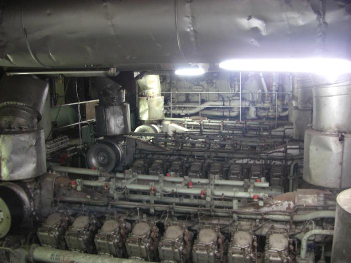 1600馬力のエンジンが8基あるエンジンルーム