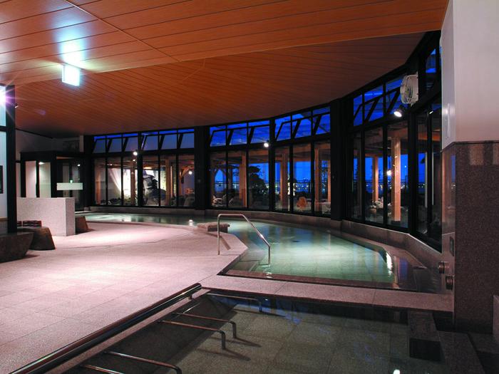 無色透明の湯が満ちる大浴場