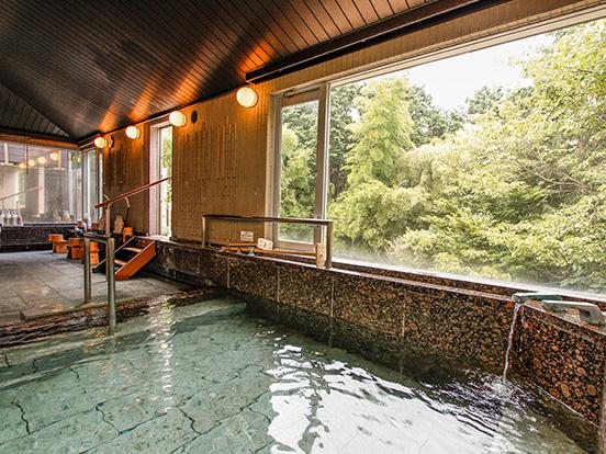 大浴場から豊かな自然を望む