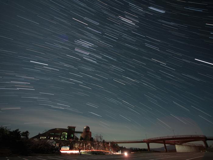 天文台と南の星の動き