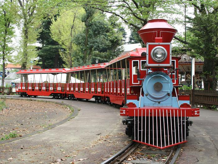 園内を走る模型列車