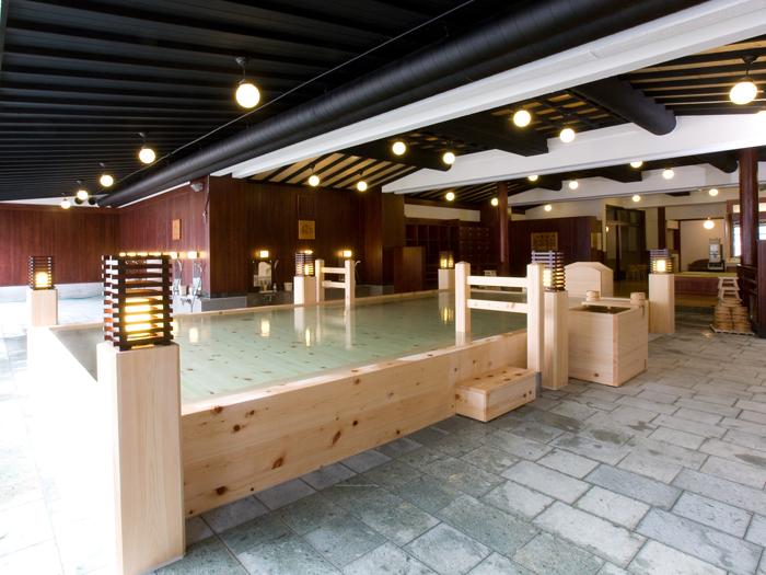 露天風呂のように開放的な檜風呂