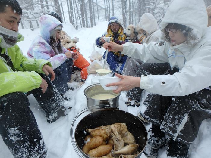 雪上ダッジオーブンランチも人気