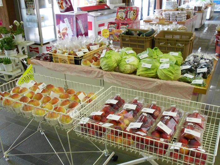 地元産の新鮮な野菜や果物が揃う