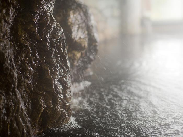 チョコレート色の天然自噴泉