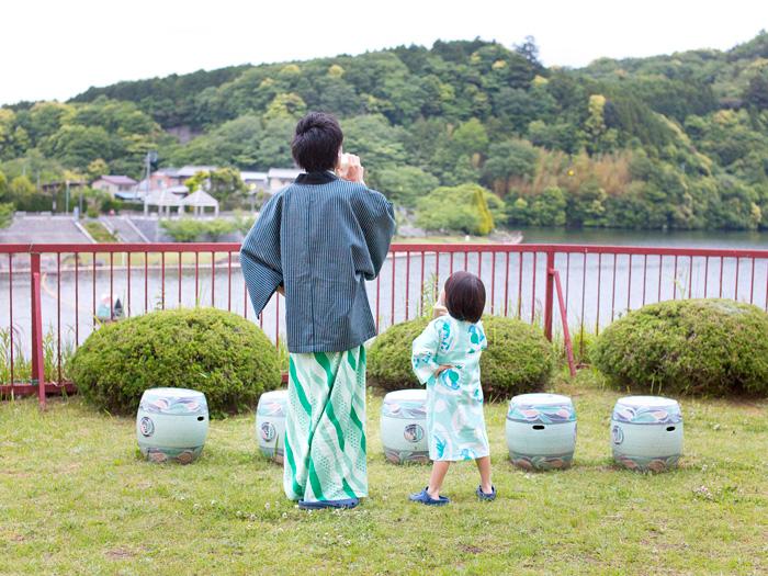 亀山湖の前でひと休み
