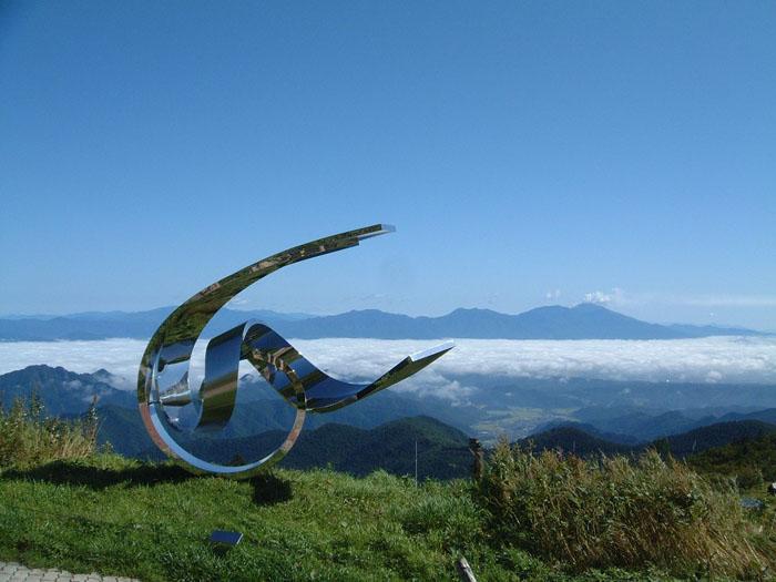 浅間山を背景にした「風のスイング」